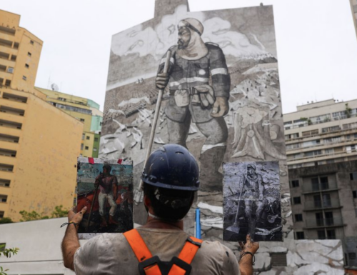 Brazil, the ashes of the Amazon become the mural of a firefighter